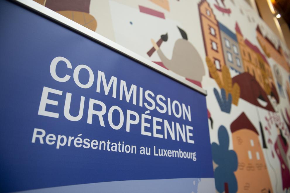 Roll-up qui montre le nom de la Représentation au Luxembourg